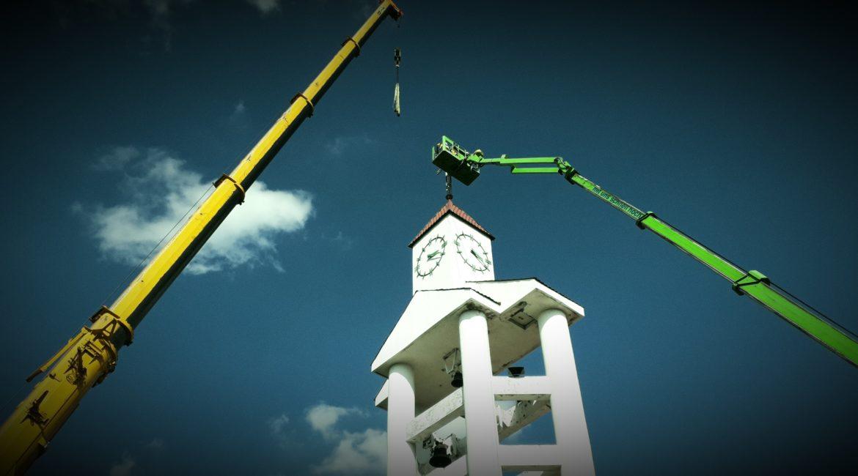 Zwyżka pracuje przy wieży kościelnej